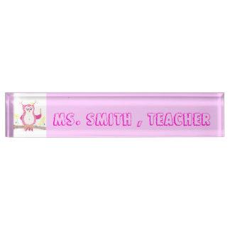 ピンクのフクロウのシェブロンの先生の机のネームプレート デスクネームプレート