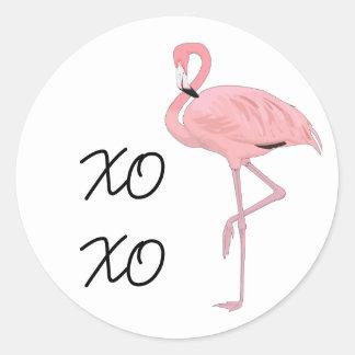 ピンクのフラミンゴの抱擁およびキス ラウンドシール