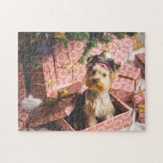 ピンクのプレゼントが付いているクリスマスツリーの下のヨークシャーテリア ジグソーパズル