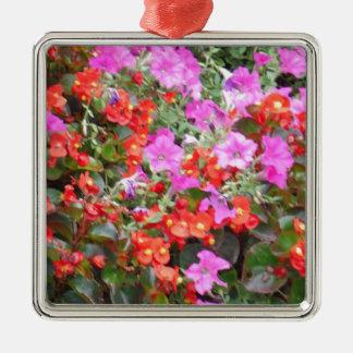 ピンクのペチュニアおよび赤いゼラニウム シルバーカラー正方形オーナメント