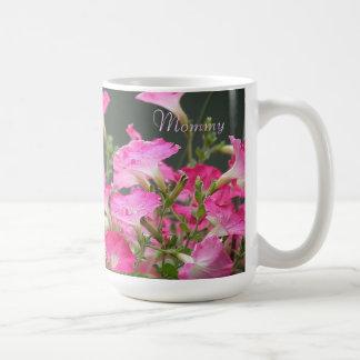 ピンクのペチュニアのマグ コーヒーマグカップ