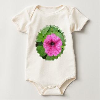 ピンクのペチュニアの花の乳児 ベビーボディスーツ