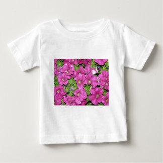 ピンクのペチュニア ベビーTシャツ