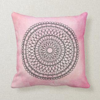 ピンクのボヘミアの水彩画の手描きの曼荼羅の花 クッション