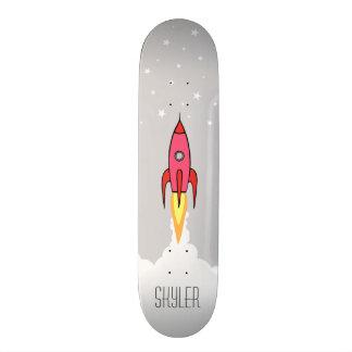 ピンクのレトロロケットの船は名前入りなモノグラムを主演します スケートボード