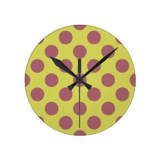 ピンクのレモネードの水玉模様 ラウンド壁時計