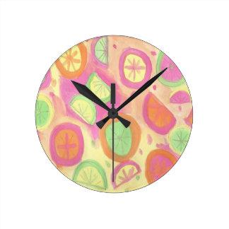 ピンクのレモネードパターン ラウンド壁時計