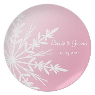 ピンクの冬の結婚式の記念品の白い雪片 ディナープレート