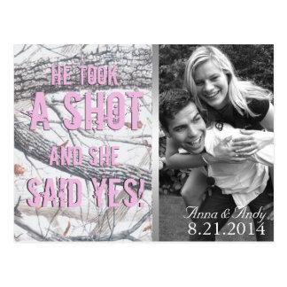 ピンクの冬の迷彩柄の保存日付の結婚式の郵便はがき ポストカード