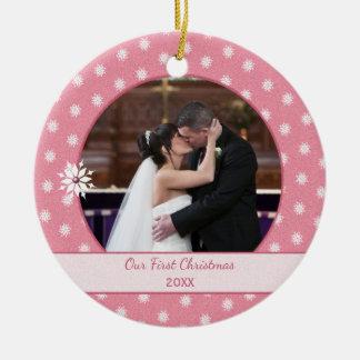 ピンクの名前入りな雪片の初めてのクリスマスの写真 陶器製丸型オーナメント