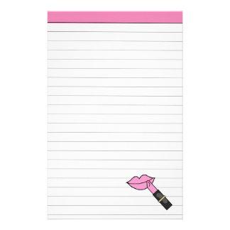 ピンクの唇および口紅によって並べられる文房具 便箋