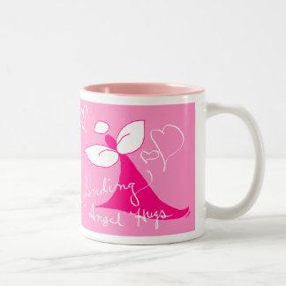 ピンクの天使はマグを抱き締めます ツートーンマグカップ