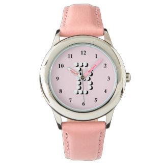 ピンクの女の子は|の名前入りな手紙Bのモノグラムを見ます 腕時計