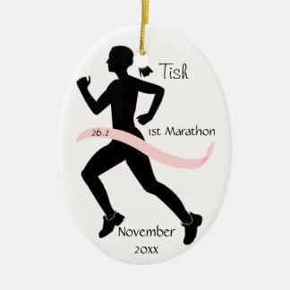 ピンクの女性のマラソン選手のオーナメント セラミックオーナメント