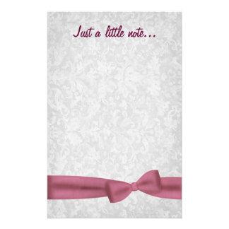 ピンクの弓灰色のグランジなダマスク織の結婚 便箋