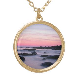 ピンクの日の出の海のビーチ ゴールドプレートネックレス