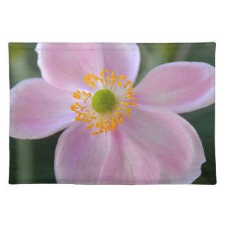 ピンクの日本のアネモネの花 ランチョンマット