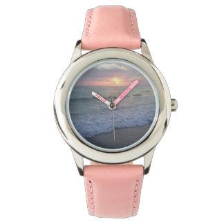ピンクの日没のビーチの腕時計 腕時計