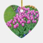 ピンクの春のチューリップの庭