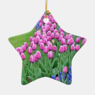 ピンクの春のチューリップの庭 陶器製星型オーナメント