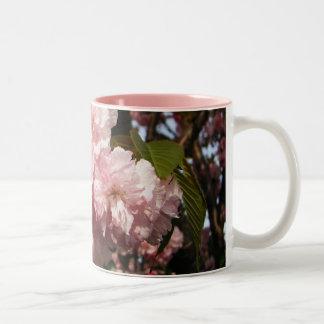 ピンクの春の木の花 ツートーンマグカップ