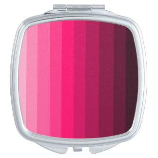 ピンクの正方形の密集した鏡の陰