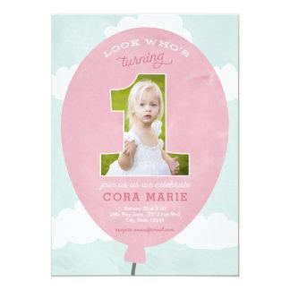 ピンクの気球の最初誕生日の写真の招待状 カード