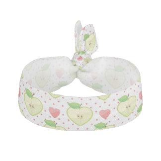 ピンクの水玉模様およびハートが付いているハートのりんご ヘアタイ