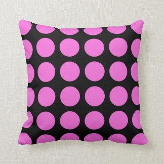 ピンクの水玉模様の黒い枕 クッション