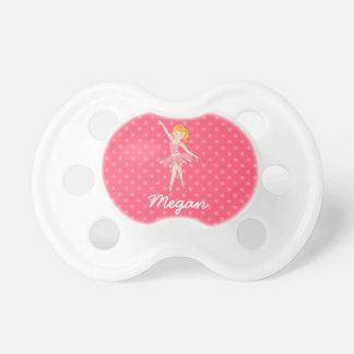 ピンクの水玉模様を持つブロンドのバレリーナ おしゃぶり