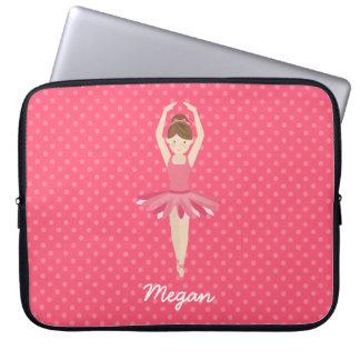 ピンクの水玉模様3のブルネットのバレリーナ ノートパソコンスリーブ