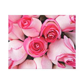 ピンクの無実のバラおよび敏感なばら色の芽は開花します キャンバスプリント
