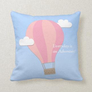 ピンクの熱気の気球、雲間の冒険 クッション