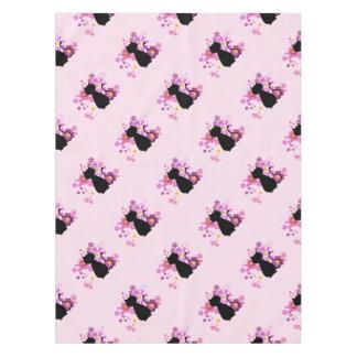 ピンクの猫によってはテーブルクロスが開花します テーブルクロス