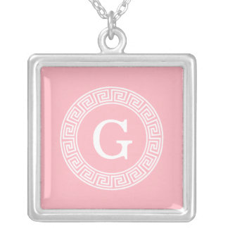ピンクの白いギリシャ人の鍵のRndフレームのイニシャルのモノグラム シルバープレートネックレス