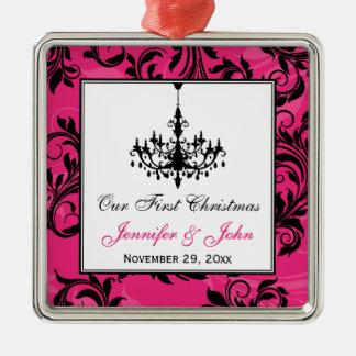 ピンクの白黒のシャンデリアスクロール第1クリスマス メタルオーナメント