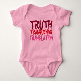 ピンクの真実はベビーを超越します ベビーボディスーツ