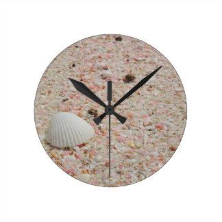 ピンクの砂のビーチの白い貝殻 ラウンド壁時計