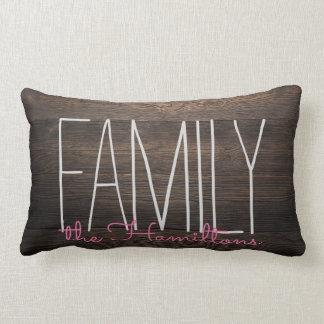 ピンクの素朴な木製のシックな家族のモノグラム ランバークッション