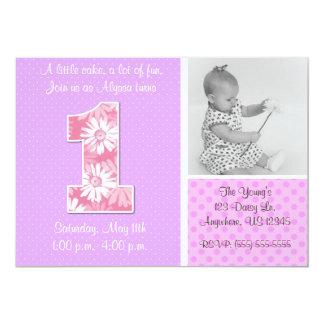 ピンクの紫色のデイジーの女の子の最初誕生日の招待状 カード