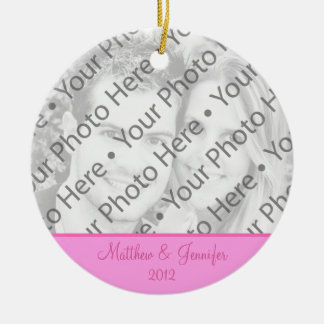 ピンクの結婚式の写真のクリスマスのオーナメントの記念品 セラミックオーナメント