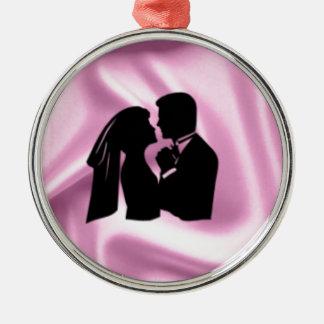 ピンクの絹の結婚式のシルエット メタルオーナメント