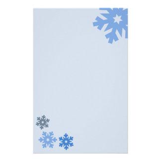 ピンクの背景の青い雪片 便箋