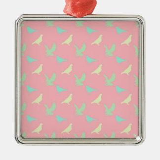 ピンクの背景の鳥パターン シルバーカラー正方形オーナメント