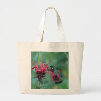 ピンクの花で食べ物を与えているハチドリ ラージトートバッグ