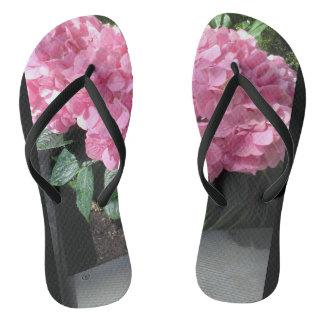 ピンクの花とのフリップフロップ。 休暇の間素晴らしい ビーチサンダル