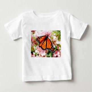ピンクの花のオレンジ(昆虫)オオカバマダラ、モナーク ベビーTシャツ
