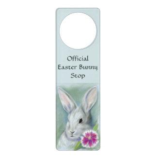 ピンクの花のパステルが付いているイースターのウサギのウサギ ドアノブプレート