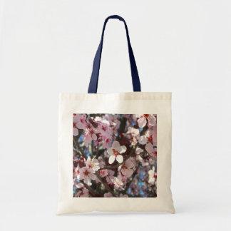 ピンクの花の春の花盛りの木の枝 トートバッグ