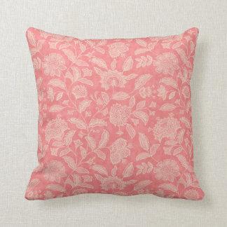 ピンクの花の枕でかわいらしい クッション